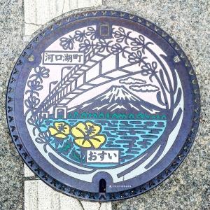 富士山人孔蓋_河口湖大橋與月見草 富士河口湖町